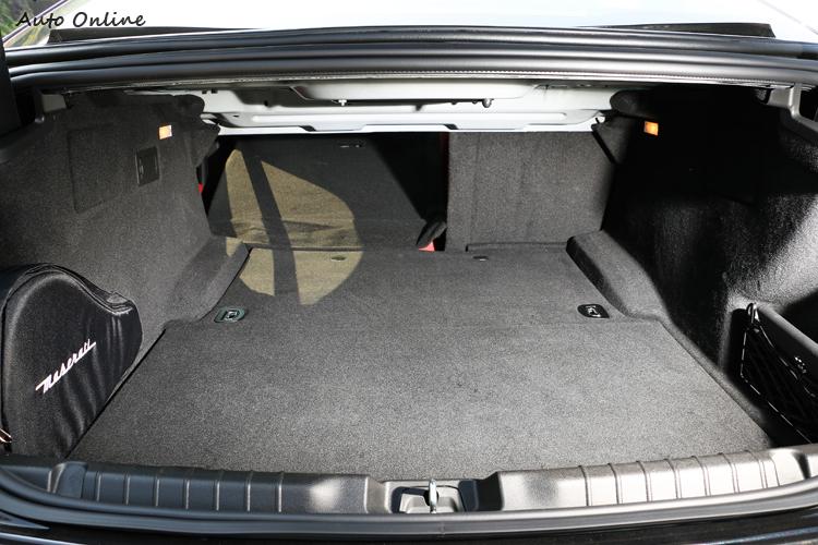 行李廂容積有500L,放進高爾夫球具綽綽有餘,如果還嫌不夠,後座椅背能做6/4分離傾倒。