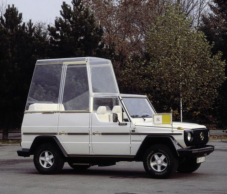 1980年教宗John Paul二世造訪德國時,選擇搭乘由Mercedes-Benz使用230 G所打造的專屬座駕Papamobil。