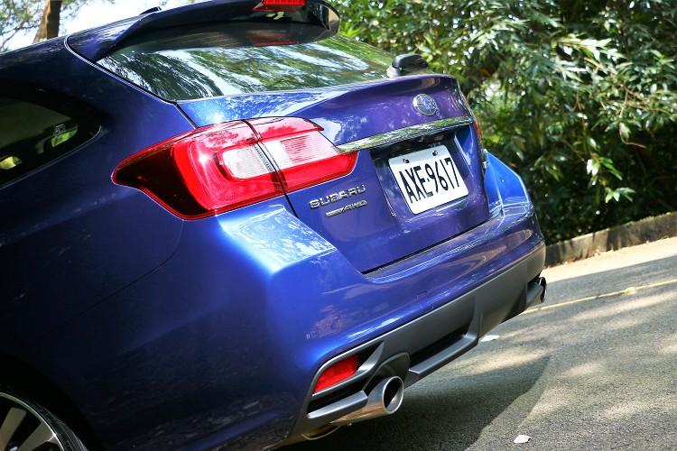 車尾左右雙出排氣管與類似Diffuser的下擾流,突顯原廠給予的運動感。