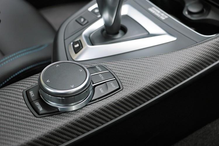 iDrive旋鈕是BMW車系必備之品,車內看的到立體碳纖維材質飾板。