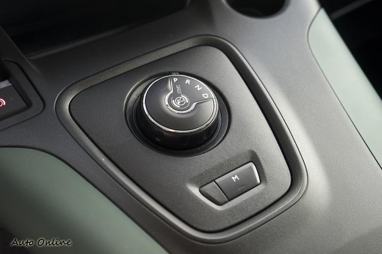 八速手自排變速箱採換檔旋鈕設定,手動換檔則是按下M模式後用方向盤換檔撥片操作。