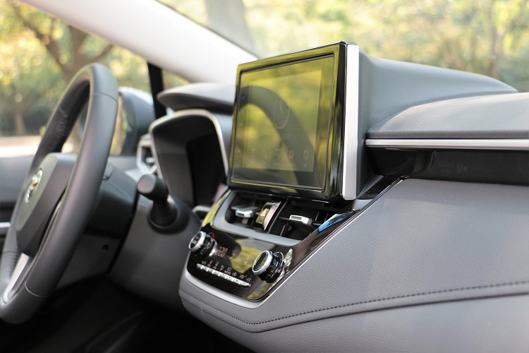 中控台有8吋Drive+ Connect音響主機,後方與RAV4一樣有龜背罩子。