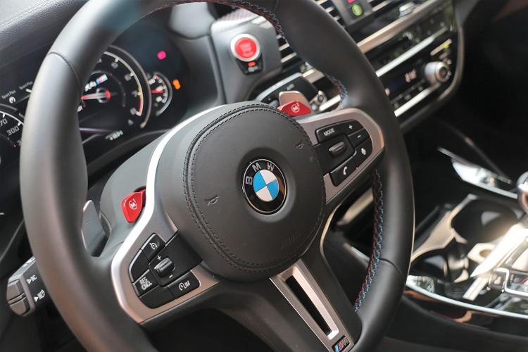方向盤左右M1、M2按鈕是行車模式的快捷鍵。