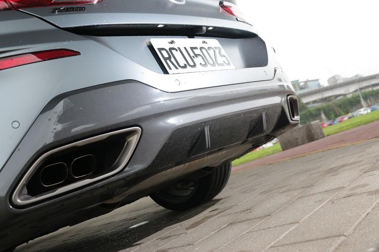 對應車尾的後下擾流板與矩形排氣尾管,打造出性感又前衛的雙重面貌。