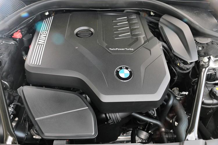 使用的代號B48引擎在高性能車上可壓榨出超過三百匹的最大馬力,用於這次試駕的730i則調降至265hp/5000rpm,最大扭力40.8kgm/1550rpm。