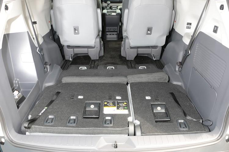 載物空間上,三排全使用情況還是能有大行李箱擺放位置,如果將第三排收折於底板下,超強大的置物容積能放進任何東西。