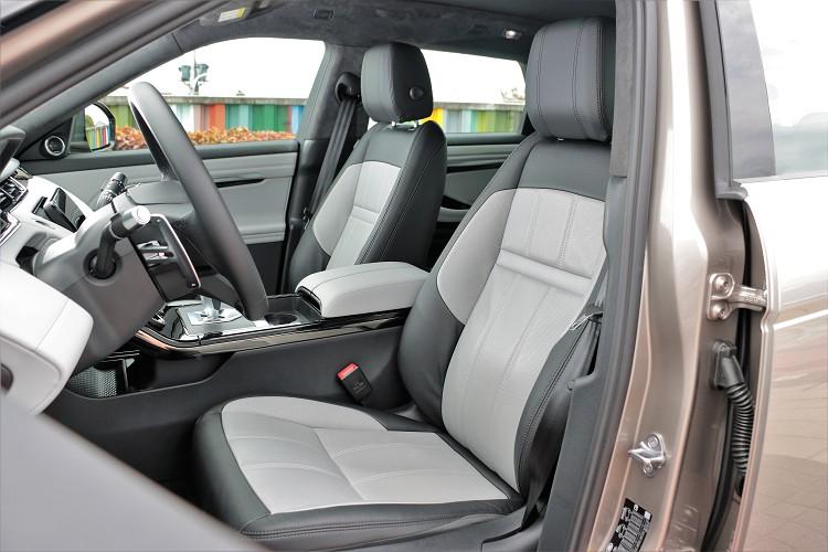 座椅的造型維持典雅質感,完全匹配Evoque的車身外觀風格。