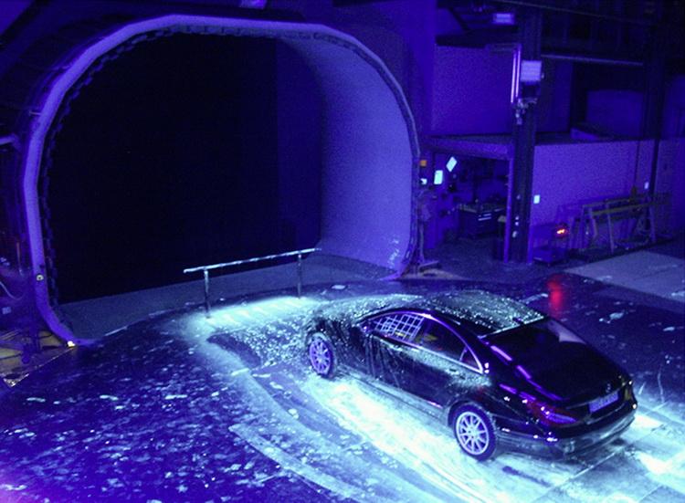 以有色染料代表泥水,模擬行駛中捲起泥水弄髒車子的程度