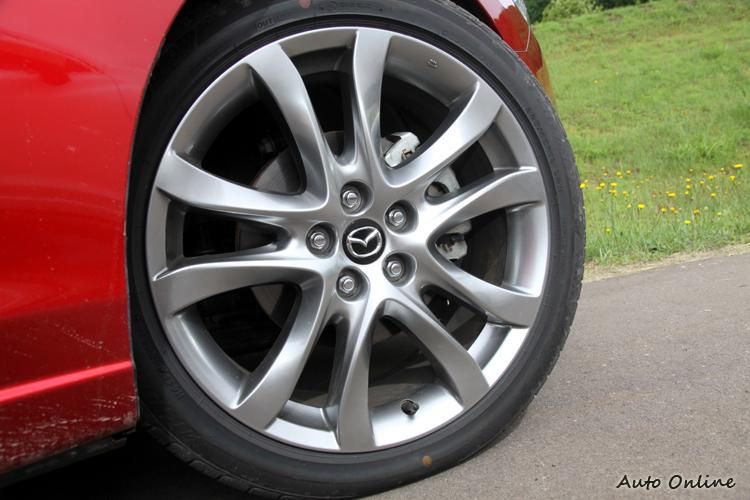 這次Mazda很有誠意,原廠就搭配225/45R19的超大尺寸鋁圈配置。