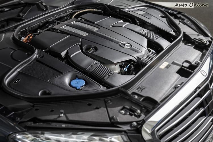 S500 Plug-in Hybrid已不再使用S500的V8引擎,而改用3.0升V6雙渦輪增壓引擎,在引擎室內看不到油電混合系統,因為馬達整合在變速箱內,控制系統都藏起來了。