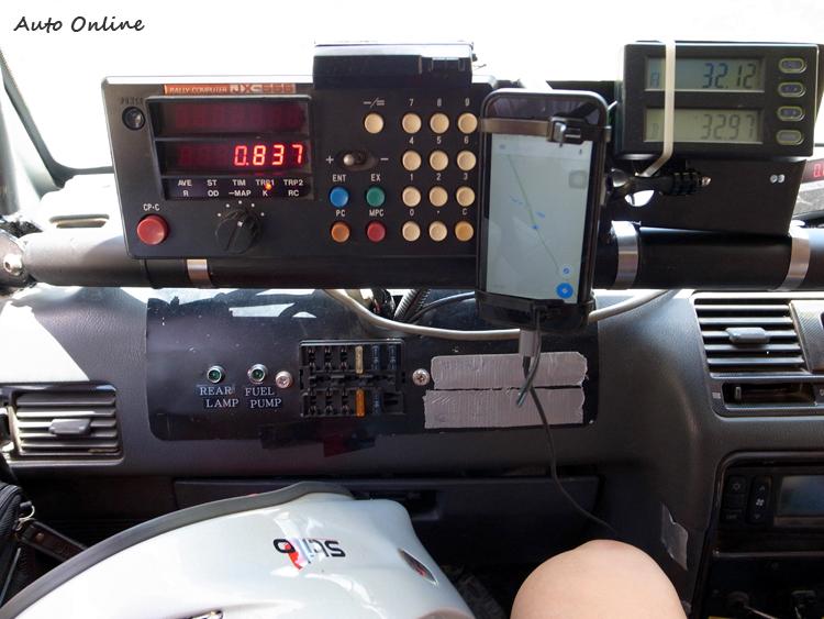 副駕駛必須依造前方的拉力電腦里程來倒指引駕駛方向。