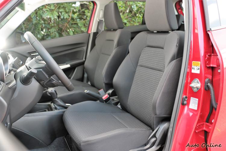 全不織布的類跑車座椅,造型上看起來很有戰鬥感,坐起來卻很舒適。