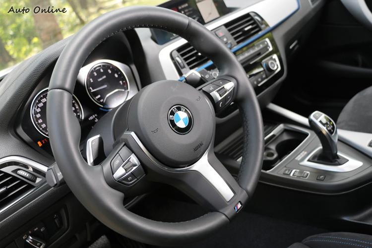 跑車化的M款方向盤,後方大面積換檔撥片運動味十足。