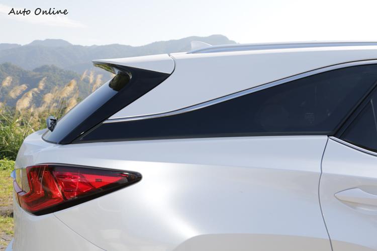 RX L保留了懸浮式車頂的設計,基本輪廓看起來和RX差異不大。