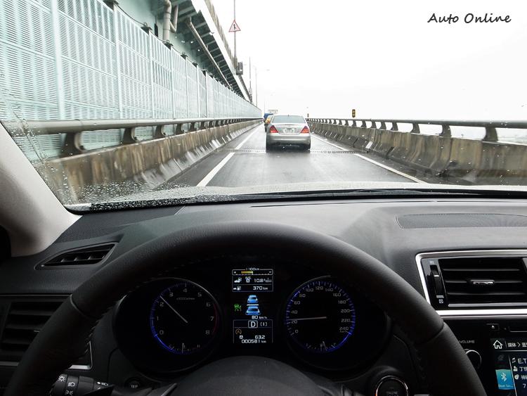 台北市交通狀態實際下測試,Eyesight能精準的保持與前車距離,當前方減速或者停止,電腦都能控制緩慢且精準的停下。