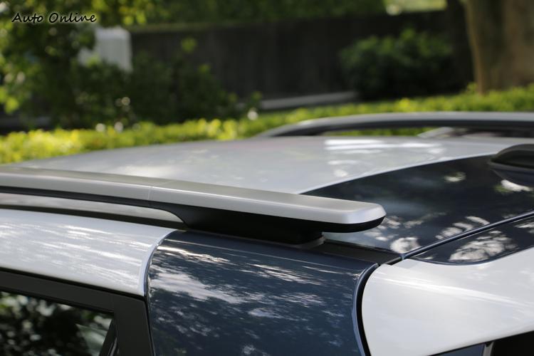 車頂行李架設計相當特別,質感也不錯,尾端也適合用來固定裝備。