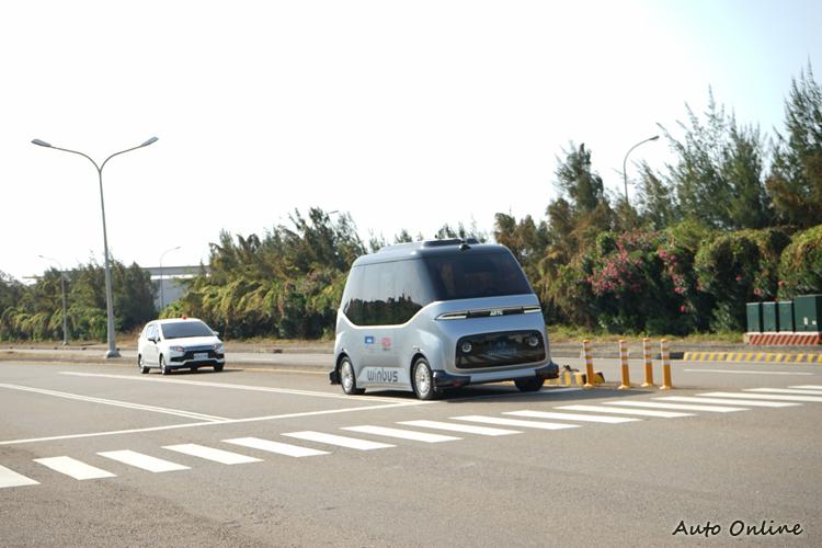 即使是在沒有號誌的T形路口,車輛也會先停下來先確認四周狀況再繼續行駛。