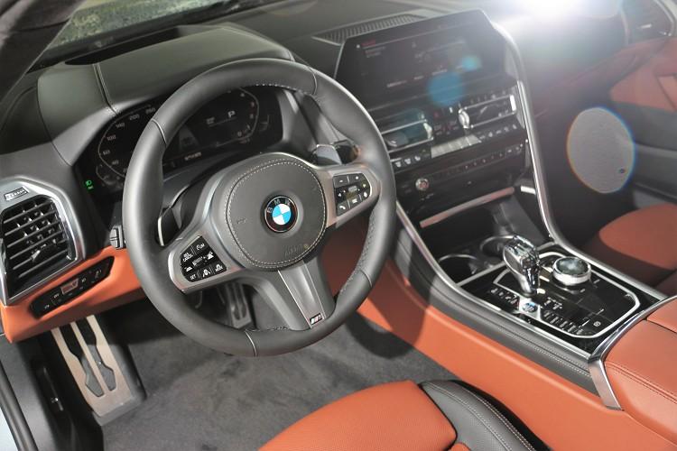 車內B柱之前樣貌與M850i Coupe相同,新世代造型樣貌包覆中控台,以全數位虛擬座艙呈現。