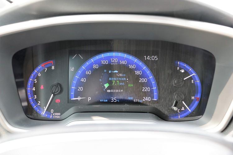 儀表板中間螢幕能自行切換不同顯示樣貌。