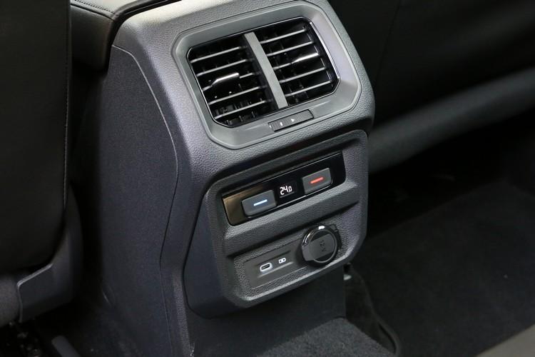 後座提供專屬的出風口和溫度調節面板,也有充電插槽方便使用。