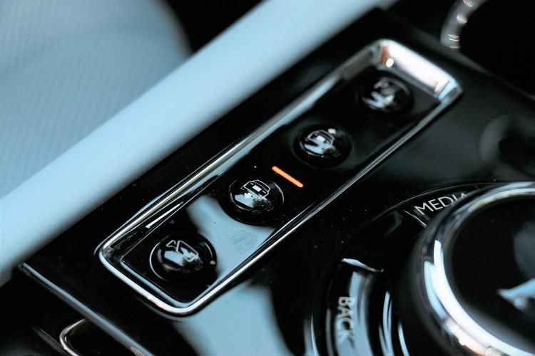 氣壓懸吊的好處就是能隨時控制車高來通過各種路況。
