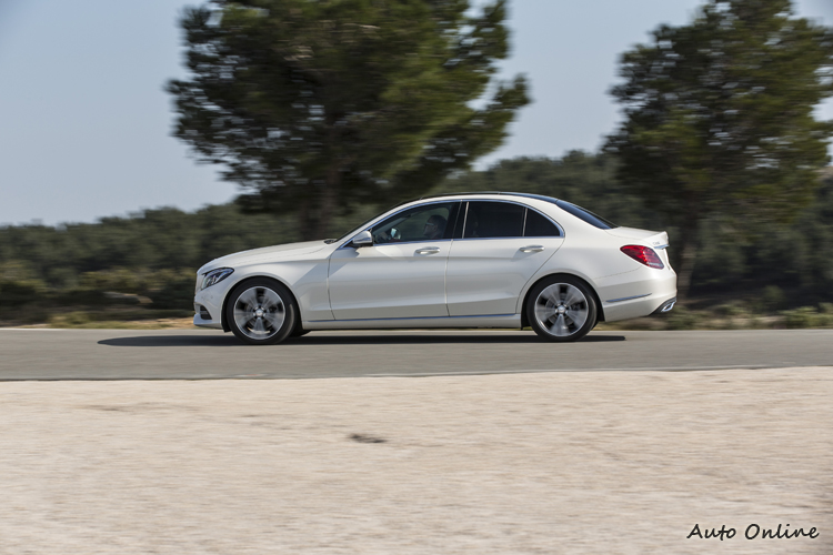 車側上下兩條線條充分應用光影效果,刻劃出強固車體與敏捷操控的印象。