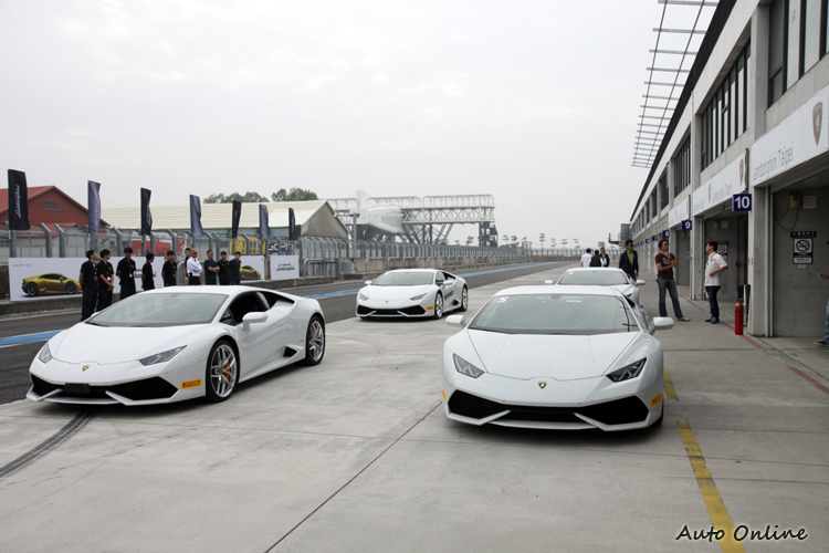 本次義大利原廠特別支援三台教練車,加上總代理準備的一台,提供體驗賽道用途。