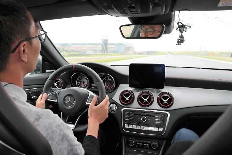 每個關卡體驗前,都會由教練駕駛,學員坐在旁邊認識賽道。