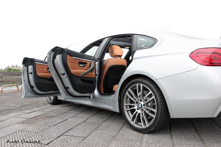 車門採用無框窗設計,線條就如同一輛四門跑車。