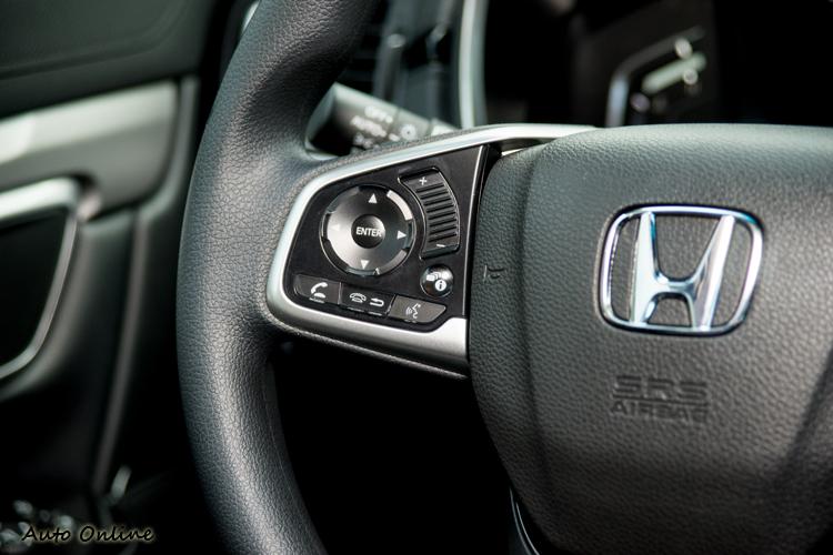 方向盤音量調整鍵是用拇指滑動操作。