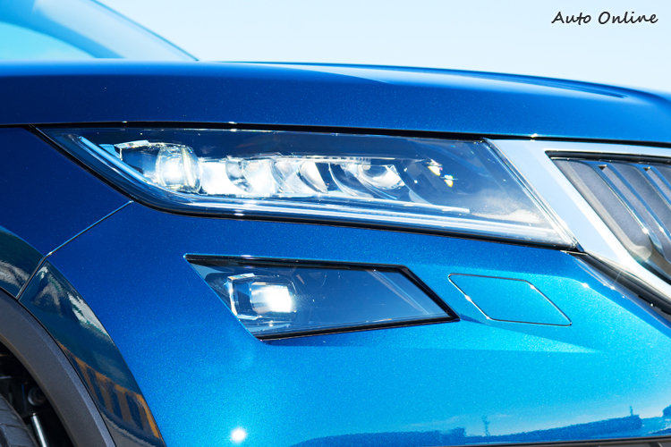 試駕車配備全LED頭燈,造型細長凸顯車身寬度。