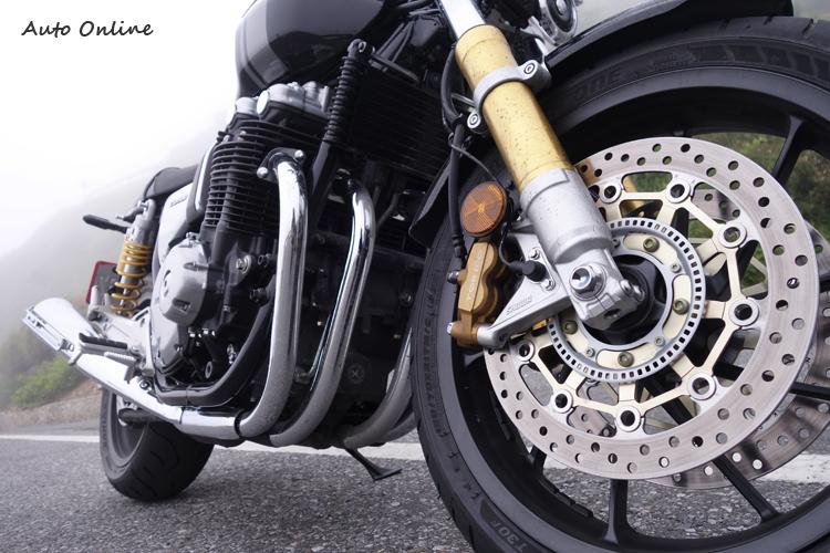 大量暴露在外的金屬和氣冷引擎散熱鰭片,堆疊出特有的機械美感,許多人認為:這才叫做重機!