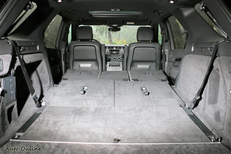 將第二、三排座椅全部收折,最高可提供 2406 L 的完整置物空間。