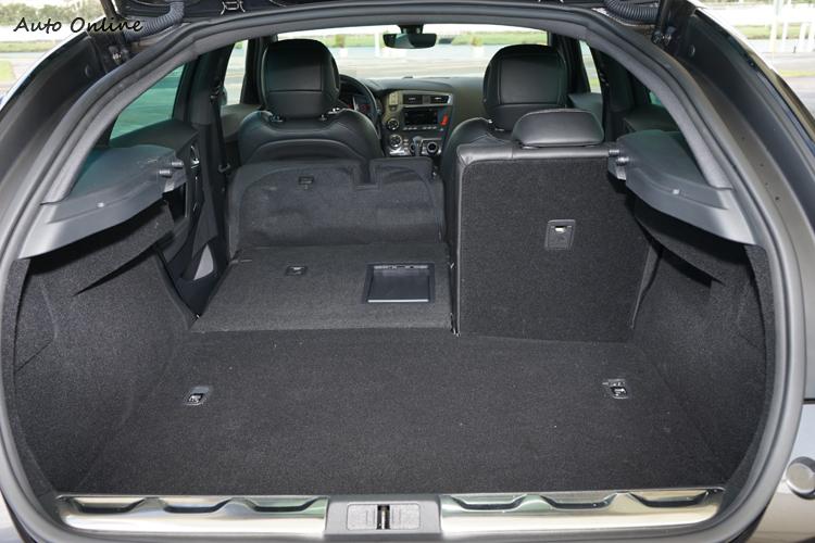 行李廂標準狀態容量為465公升,後座椅背放倒後很平整,但上半部空間略受影響。