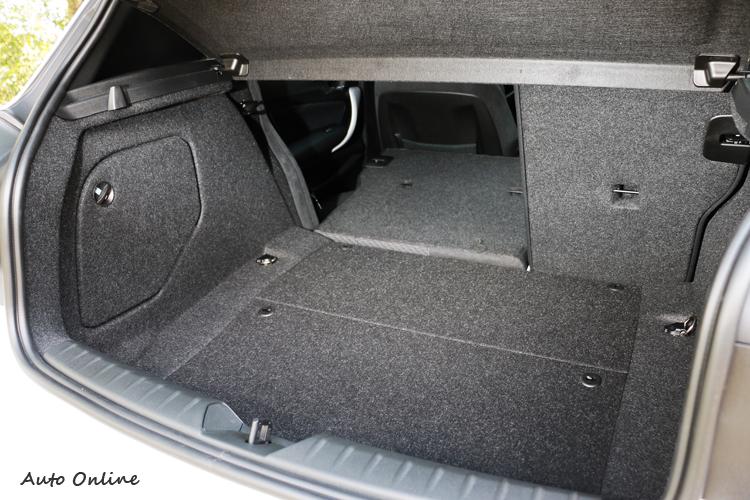 可6/4分離座椅能瞬間增加行李廂置物空間。