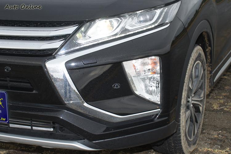 以稜角線條表現犀利感的LED頭燈與日行燈組。