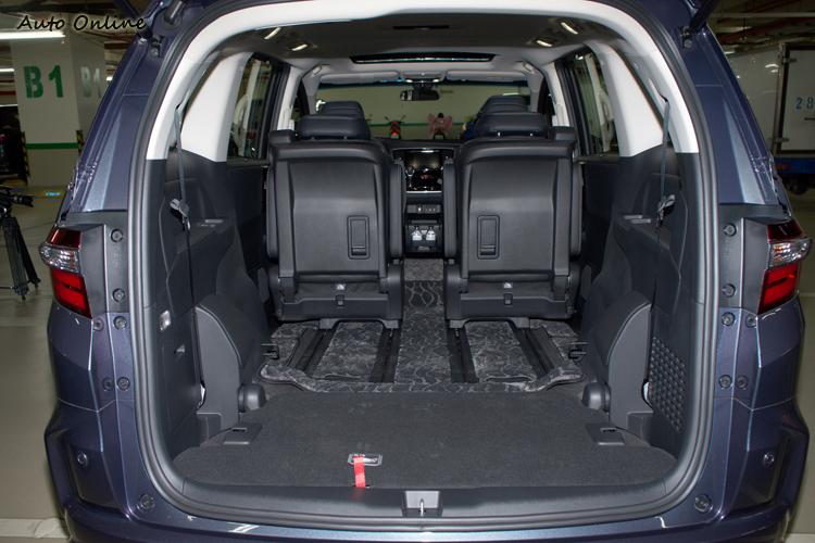第三排隱藏、第二排前推到底可以獲得極大行李空間。