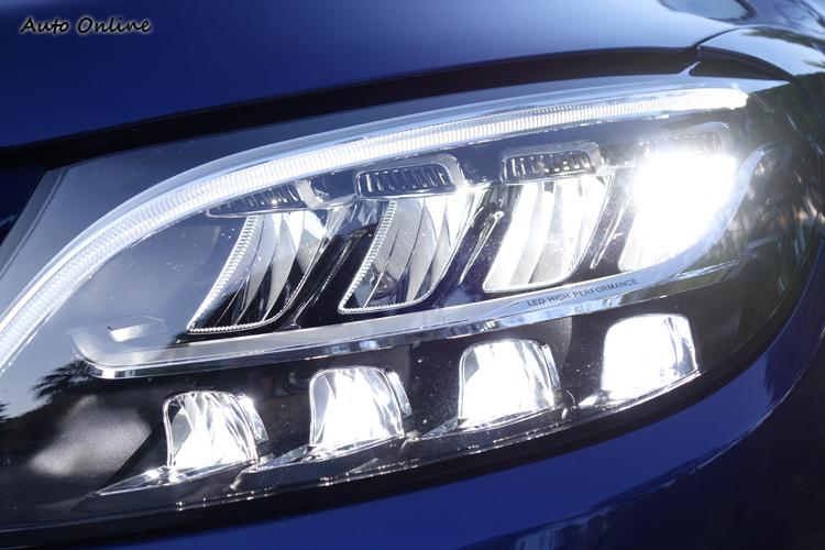 頭燈組上下各有四組LED反射模組分別負責遠、近燈。