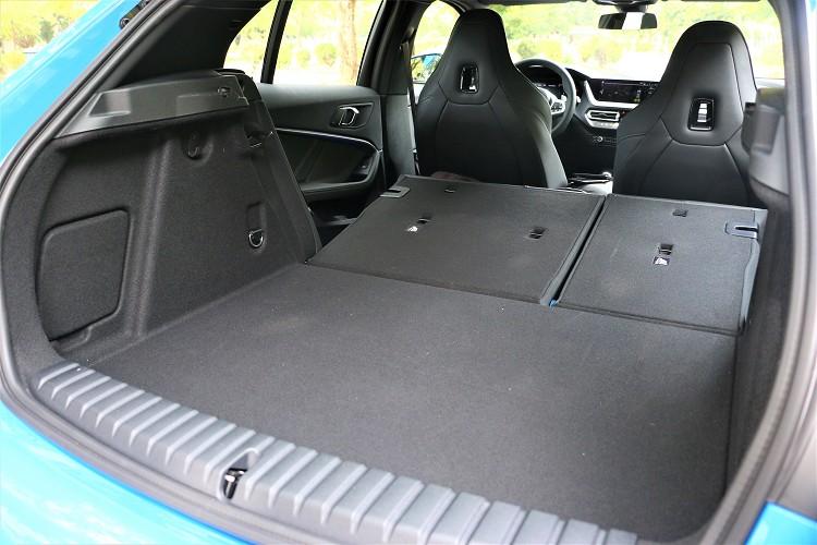 容量較前代車型增加20公升達380公升之譜,一樣有支援6/4分離傾倒。