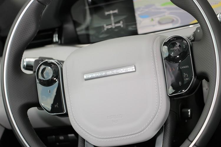 方向盤右邊有主動車距控制系統的調整按鈕。