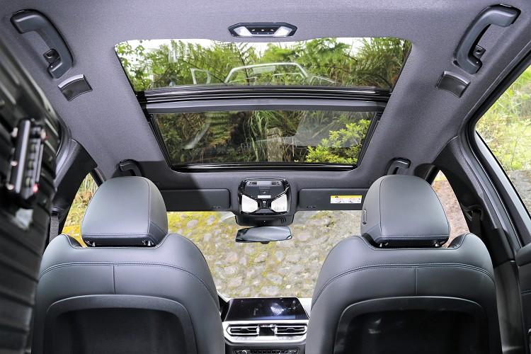 全景式電動玻璃天窗滿足旅程的乘載需求,更將沿途的美景盡收眼底。
