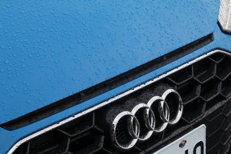 小改款在水箱罩上方加入Audi Sport賽車經典的三氣孔造型設計。