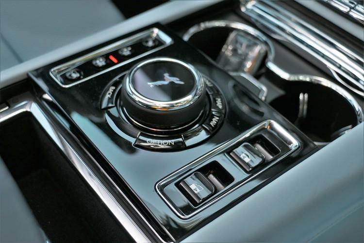 前門的電動控制你設置在中央鞍座的旋鈕旁。