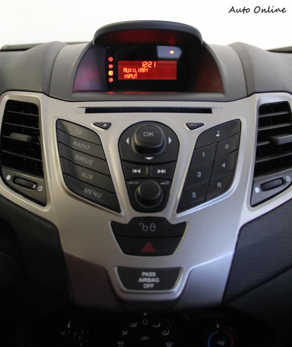 儀錶板和中控台操作界面和台灣Fiesta差距不大,只是得先習慣英制時速錶。