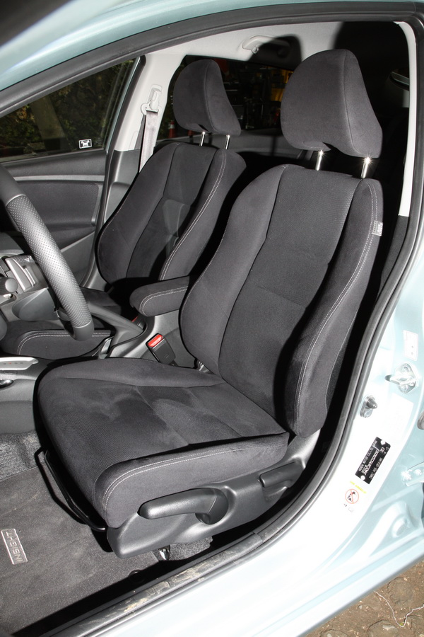 有手動座椅高低調整,讓身材嬌小的女性車主輕易調整到適合的駕駛姿勢。