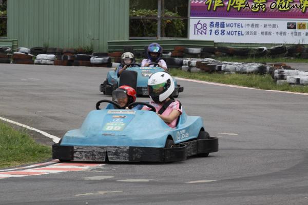 賽車場通常也會為小朋友準備親子車,讓孩童也能有參與感。