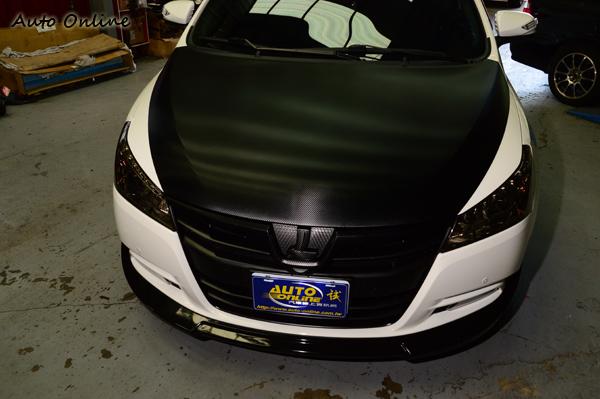 車身貼紙在不傷原漆的好處下大受流行,很多超跑車主都愛,Tuner在引擎蓋貼上碳纖維貼紙,營造出不一樣的氛圍。