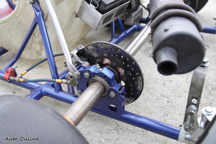 KT-100只有後軸有煞車,如果煞車踩得太大力,就會造成車輛失控。