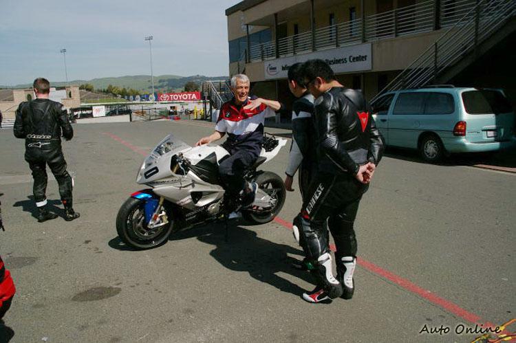 縱使年紀已經是古稀之年,Keith Code仍然親自上場騎車授課。