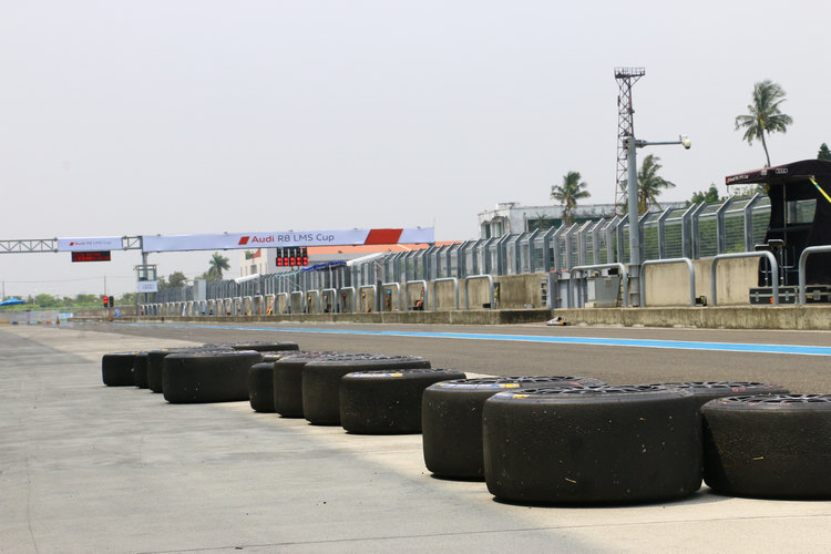 為了一場比賽準備的輪胎及後備裝備數量相當驚人,把賽車場旁一整排一望無際的貨櫃全部裝滿。